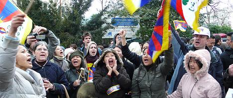 A picture of pro-Tibet protesters in Paris